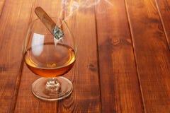 威士忌酒和抽烟的雪茄 库存图片