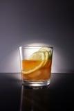 威士忌酒和柠檬切片 免版税库存图片
