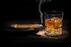 威士忌酒和雪茄 库存图片