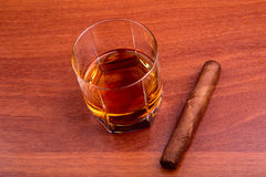 威士忌酒和雪茄 免版税库存图片