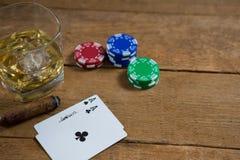 威士忌酒大角度看法由卡片和芯片的 免版税库存图片