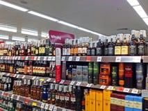 威士忌酒或威士忌酒在大型商场架子 免版税库存照片