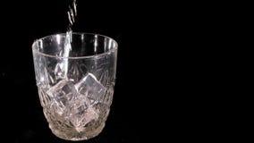 威士忌酒涌入了玻璃 股票录像