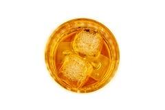 威士忌酒看法上面在玻璃的与在白色背景的冰块 库存照片