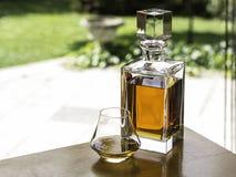 威士忌酒蒸馏瓶和杯威士忌酒 免版税库存照片