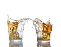 威士忌酒被隔绝的射击与飞溅的在白色 库存照片