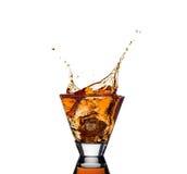 威士忌酒飞溅与在白色隔绝的冰的 免版税库存图片