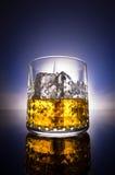 威士忌酒玻璃有梯度背景 免版税库存图片