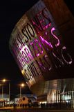 威尔士千年中心在晚上 库存图片