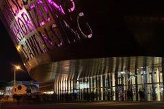 威尔士千年中心在晚上 库存照片