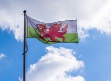 威尔士旗子,飞行在天空 免版税库存图片