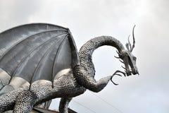 威尔士金属龙雕塑,建筑学 免版税图库摄影