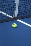威尔逊在网球场的网球亚瑟Ashe体育场的 库存照片