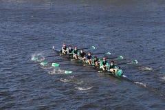 威尔逊高中乘员组在查尔斯赛船会人` s青年时期Eights头赛跑  免版税库存图片
