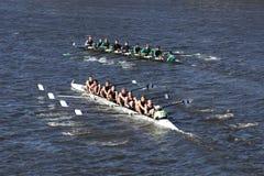 威尔逊高中顶面更加了不起的劳伦斯Rowingbottom乘员组在查尔斯赛船会人` s青年时期Eights头赛跑  免版税库存图片