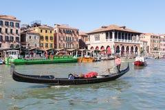 威尼托4月2017年威尼斯,意大利 繁忙的早晨在Rialto市场上 图库摄影