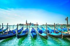 威尼斯、长平底船或者gondole和教会背景的。意大利 库存照片