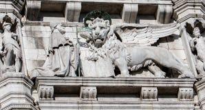 威尼斯下跪的共和国总督和狮子  免版税库存照片