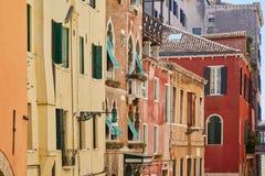 威尼斯五颜六色的大厦和房子门面在一好日子在意大利 库存图片