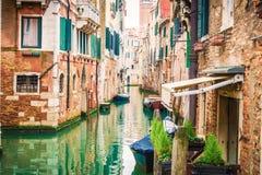威尼斯传统运河看法有小船的 威尼斯是欧洲的一个普遍的旅游目的地 免版税库存照片