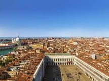 威尼斯全景从圣马克` s主教的座位钟楼塔的  免版税图库摄影