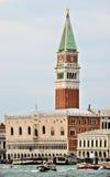 威尼斯公爵的宫殿和s marco belltower 免版税图库摄影
