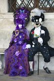 威尼斯在一个五颜六色的紫色和黑白狂欢节服装和面具威尼斯的狂欢节字符 免版税库存图片