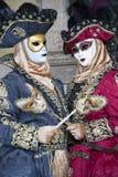 威尼斯在一个五颜六色的红色、金子和黑白狂欢节服装和面具威尼斯的狂欢节字符 免版税库存图片
