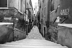 威尼斯在公寓之间的胡同方式 免版税库存照片