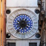 威尼斯在圣马可广场附近的塔时钟 免版税库存照片