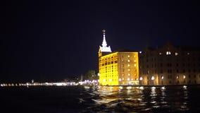 威尼斯在夜从小船的海岸线视图之前 股票录像
