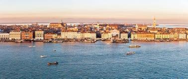 威尼斯地平线有码头、水和小船的在日落 免版税库存照片