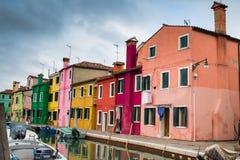 威尼斯地标、Burano海岛、五颜六色的房子和小船 库存照片