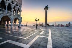 威尼斯地标在黎明、圣马可广场,共和国总督宫殿和圣G 库存图片