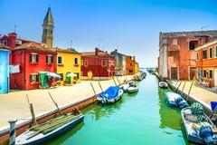 威尼斯地标, Burano海岛运河、五颜六色的房子、教会和小船,意大利 免版税库存照片