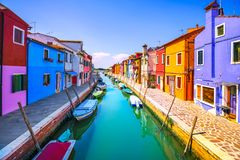 威尼斯地标, Burano海岛运河、五颜六色的房子和小船, 免版税图库摄影