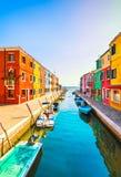 威尼斯地标, Burano海岛运河、五颜六色的房子和小船, 免版税库存图片