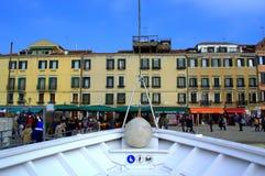 威尼斯堤防的小船船坞 图库摄影