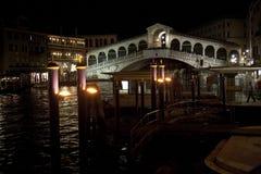 威尼斯大石桥桥梁在晚上 库存照片