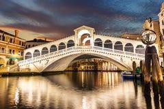 威尼斯大石桥桥梁夜视图,没有人,威尼斯,意大利 免版税库存照片