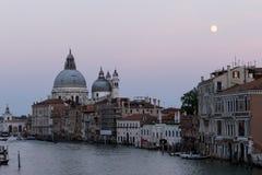 威尼斯大运河微明的,与La致敬和月亮 图库摄影