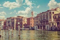 威尼斯大运河银行的葡萄酒房子 免版税库存照片