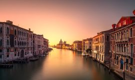 威尼斯大运河,圣玛丽亚della致敬教会地标在 免版税库存图片