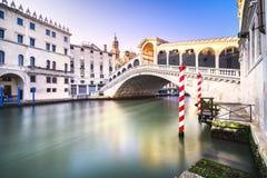 威尼斯大运河,在日出的Rialto桥梁 意大利 图库摄影