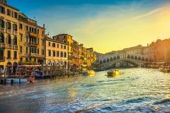 威尼斯大运河,在日出的Rialto桥梁 意大利 免版税库存图片