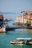 威尼斯家和小游艇船坞沿大运河-垂直 免版税库存图片