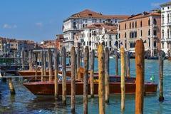 威尼斯小船停车处的大运河 图库摄影