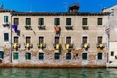 威尼斯式大厦门面由水的在威尼斯,意大利 免版税库存照片