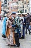 威尼斯式夫妇跳舞-威尼斯狂欢节2014年 免版税库存照片