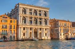 威尼斯式宫殿和长平底船在重创的运河 免版税图库摄影